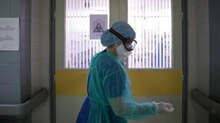 Οι ήρωες της πανδημίας κάνουν Χριστούγεννα στο νοσοκομείο