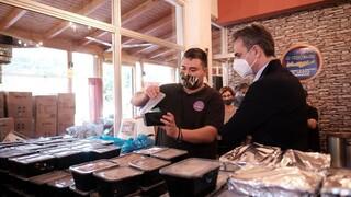 Σε ταβέρνα ο Μητσοτάκης: Μοίρασε φαγητό σε ανθρώπους που έχουν ανάγκη