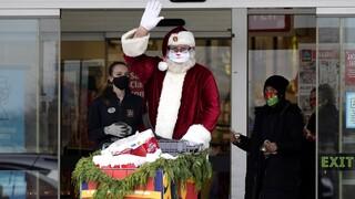 Καναδάς: Ο Αγιος Βασίλης υπάρχει - Βρήκαν δωροεπιταγές στις πόρτες τους