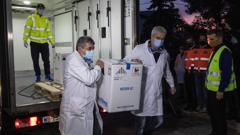 Εμβόλιο κατά του κορωνοϊού: Με αιφνιδιασμούς από την κυβέρνηση και η παράλληλη επιχείρηση