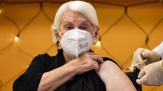 Κορωνοϊός: Η Ευρώπη «σηκώνει το μανίκι» για τον εμβολιασμό