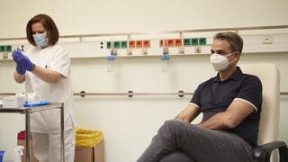 Η νοσηλεύτρια Ελένη Πέτρακα καταρρίπτει τα σενάρια συνομωσίας γύρω από τον εμβολιασμό