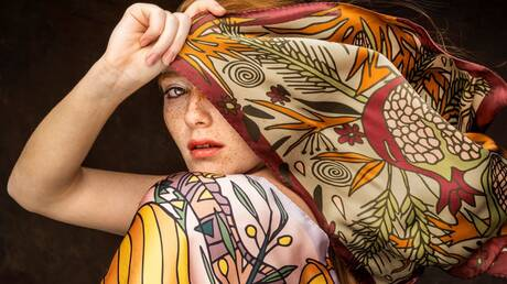 Mε ελληνικό μετάξι από το Σουφλί φτιάχνονται τα πιο avant-garde μαντήλια της σεζόν