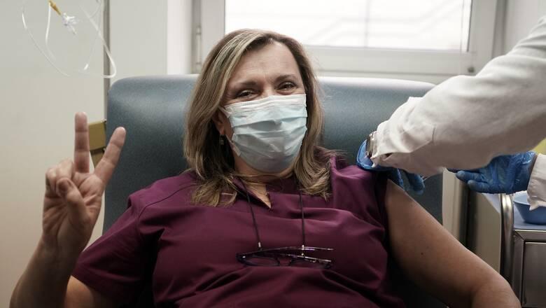 Κορωνοϊός: Εμβολιάστηκαν στο «Σωτηρία» υγειονομικοί και στελέχη του κρατικού μηχανισμού