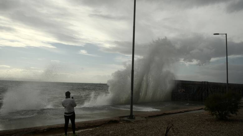 Καιρός: Νεφώσεις, τοπικές βροχές και ισχυροί νοτιάδες