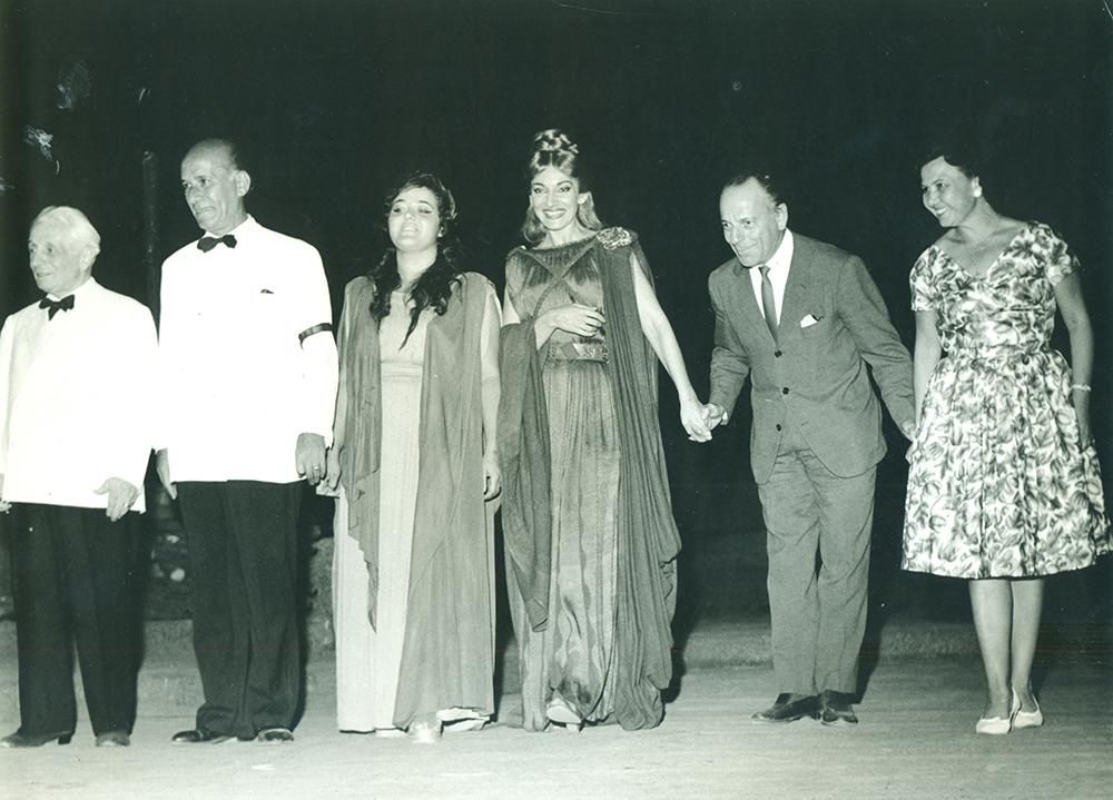Η Μαρία Κάλλας (στο κέντρο) μετά την παράσταση της όπερας Νόρμα, στην Επίδαυρο (1960)