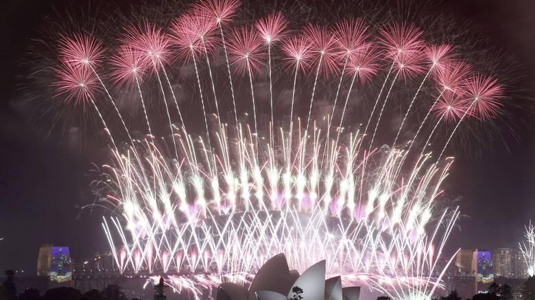 Μοναχική Πρωτοχρονιά: Ο πλανήτης ετοιμάζεται να αποχαιρετήσει το 2020 στη «σκιά» της πανδημίας