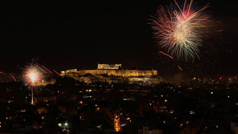 Η Ελλάδα και ο κόσμος υποδέχονται το 2021 με την ευχή να είναι μια καλύτερη χρονιά