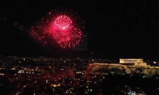 Πρωτοχρονιά: Διαφορετική η υποδοχή του νέου έτους - Πυροτεχνήματα φώτισαν τον ουρανό της Αθήνας