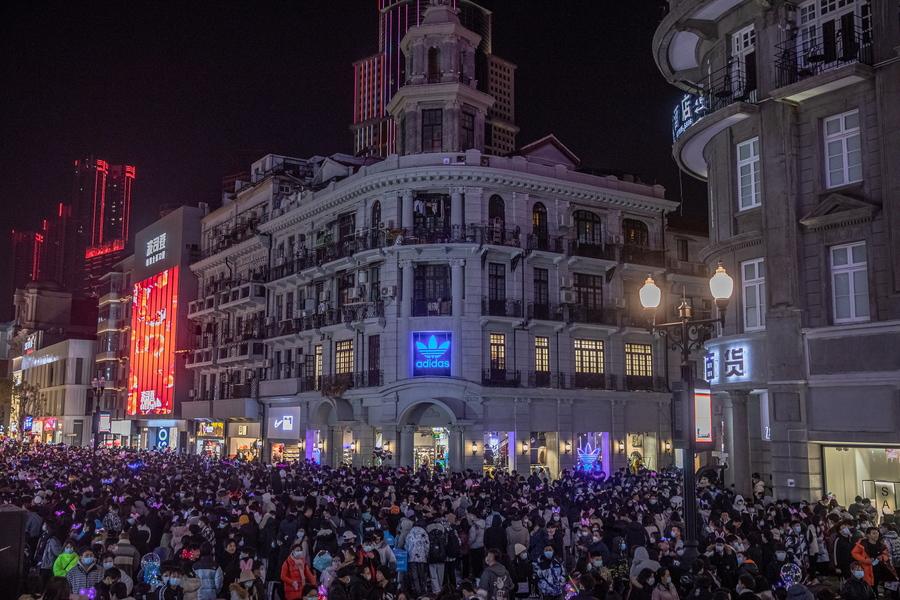 Γουχάν: Στους δρόμους γιόρτασαν την Πρωτοχρονιά οι κάτοικοι της πόλης απ' όπου ξεκίνησε η πανδημία