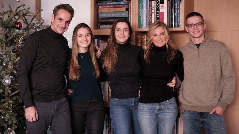 «Καλή χρονιά» με μια οικογενειακή φωτογραφία από τον Κυριάκο Μητσοτάκη
