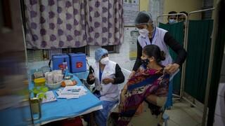 Ινδία: Εγκρίθηκαν δύο εμβόλια, μεταξύ των οποίων αυτό της AstraZeneca