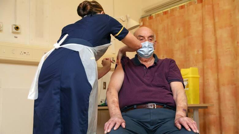 Βρετανία: Ένας 82χρονος ο πρώτος στον κόσμο που έλαβε το εμβόλιο της AstraZeneca