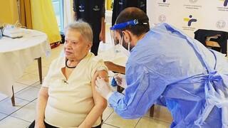 Εμβολιασμός και στους οίκους ευγηρίας: Αυτή είναι η 95χρονη που εμβολιάστηκε πρώτη