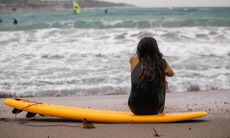 Σέρφινγκ: Πετώντας πάνω στα κύματα στην παραλία της Βουλιαγμένης
