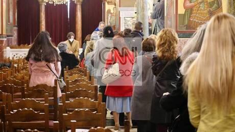 Θεοφάνεια: Ουρά πιστών περιμένει να κοινωνήσει στη Μητρόπολη Πειραιά