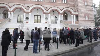 Εξαδάκτυλος: Πολύ ανησυχητικές οι εικόνες συνωστισμού έξω από εκκλησίες
