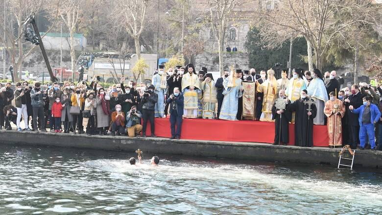 Θεοφάνεια - Οικουμενικό Πατριαρχείο: Με ρίψη του Σταυρού στον Κεράτιο ο εορτασμός