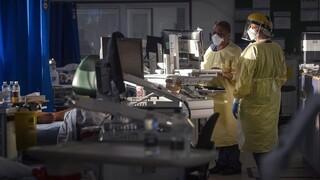 Κορωνοϊός: Στο «χείλος» του γκρεμού τα βρετανικά νοσοκομεία - Ψάχνουν κλίνες σε γηροκομεία