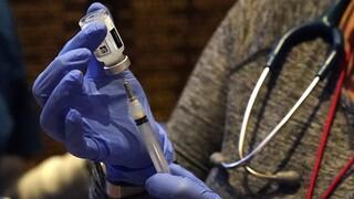 Εμβόλια κορωνοϊού: Ελπίδες από τη νέα έγκριση, επικρίσεις για την ΕΕ, σύγχυση για τη δοσολογία