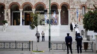 «Lockdown στην εκκλησία»: Άγνωστοι κρέμασαν πανό στη Μητρόπολη Πειραιά