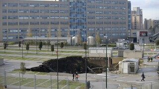 Ιταλία: Άνοιξε η γη σε πάρκινγκ μπροστά από νοσοκομείο της Νάπολης