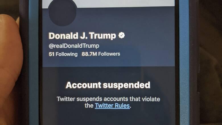Το Twitter «παγώνει» μόνιμα το λογαριασμό του Ντόναλντ Τραμπ
