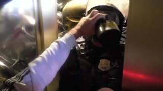Σκηνές - σοκ από την εισβολή στο Καπιτώλιο: Αστυνομικός σφηνώθηκε ανάμεσα στην πόρτα και τον όχλο