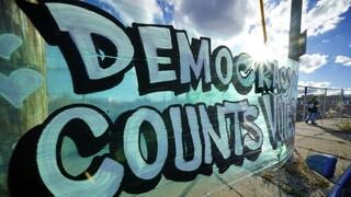 DW: Πόσο κινδυνεύει η Δημοκρατία σήμερα;