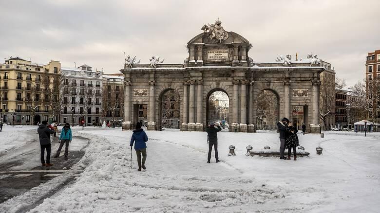 Ισπανία: Οχηματοπομπές με εμβόλια και τρόφιμα για τους αποκλεισμένους από τον «χιονιά του αιώνα»