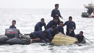 Τραγωδία στην Ινδονησία: Βρέθηκαν τα μαύρα κουτιά - Ξεκινά η επιχείρηση ανάσυρσης