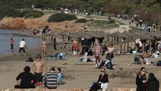 Κορωνοϊός: Κυριακάτικές βόλτες στη λιακάδα για τους Αθηναίους εν μέσω lockdown