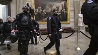 Εισβολή στο Καπιτώλιο: Σε διαθεσιμότητα αστυνομικός που τραβούσε σέλφι με τους ακροδεξιούς