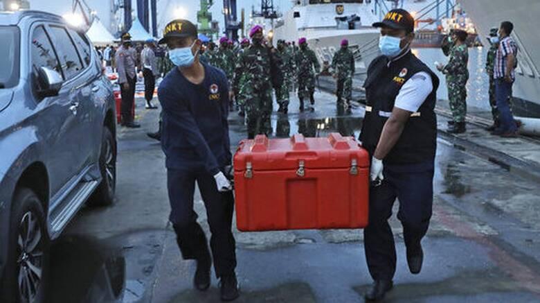 Ινδονησία: Βρέθηκε ένα από τα δύο μαύρα κουτιά του αεροσκάφους που συνετρίβη