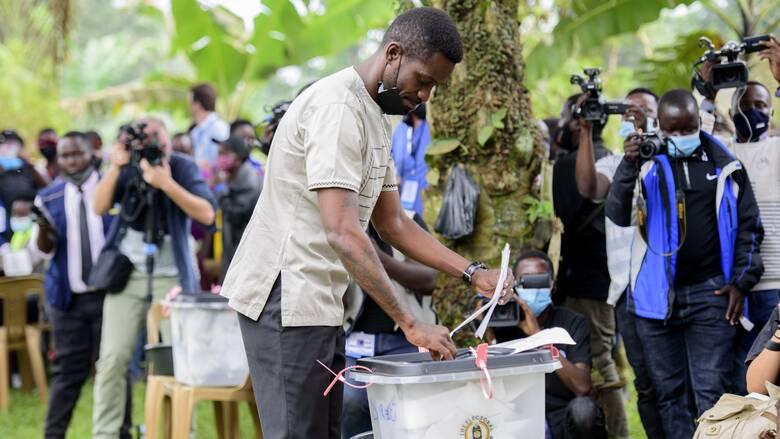 Αιματοβαμμένες εκλογές στην Ουγκάντα: Ένας 36χρονος ποπ σταρ απειλεί τον 76χρονο αυταρχικό ηγέτη