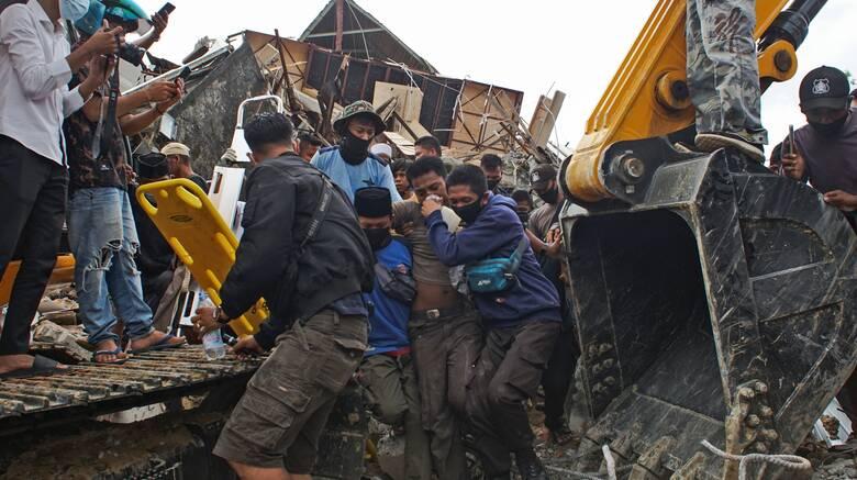 Σεισμός 6,2 Ρίχτερ Ινδονησία: Τουλάχιστον 67 νεκροί, εκατοντάδες τραυματίες