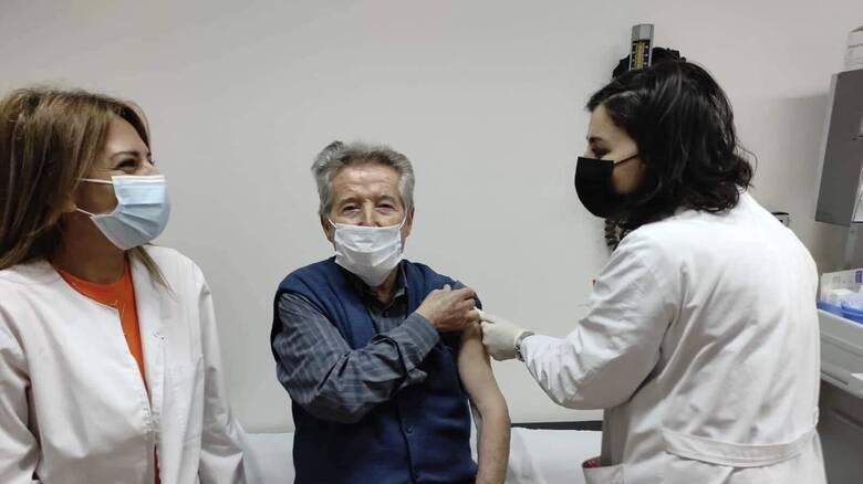 Κορωνοϊός: Ένας 91χρονος ο πρώτος που εμβολιάστηκε στο Νοσοκομείο της Βέροιας