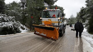 Κακοκαιρία «Λέανδρος»: Χιονίζει σε περιοχές των βορείων προαστίων