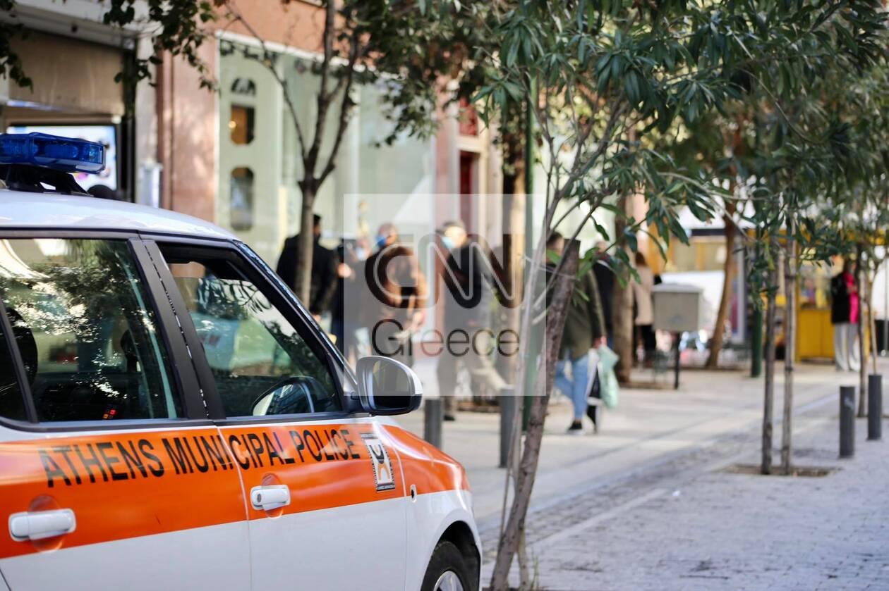 Ανοιχτά καταστήματα: Κίνηση και ουρές στην Ερμού για δεύτερη ημέρα