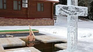 Ο Βλαντιμίρ Πούτιν βούτηξε στα παγωμένα νερά για τα Θεοφάνεια