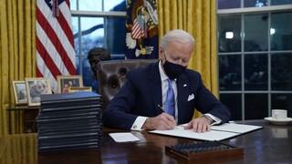 Ξεκίνησε το «ξήλωμα» της πολιτικής Τραμπ: Σε τι αφορούν τα 17 πρώτα διατάγματα με υπογραφή Μπάιντεν