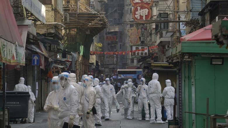 Πρωτοφανείς σκηνές στο Χονγκ Κονγκ: Για πρώτη φορά από την πανδημία περιοχές σε lockdown