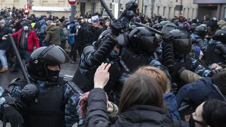 ΕΕ: Δυσανάλογη χρήση βίας κατά διαδηλωτών στη Ρωσία - Πάνω από 2.500 συλλήψεις