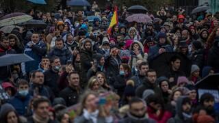 Ισπανία: Χιλιάδες αρνητές του κορωνοϊού διαδήλωσαν υπό βροχή στη Μαδρίτη