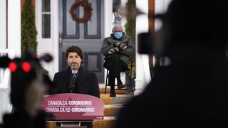 Πώς το πλέον διάσημο meme του Μπέρνι Σάντερς έγινε... ταξιδιωτική οδηγία στον Καναδά