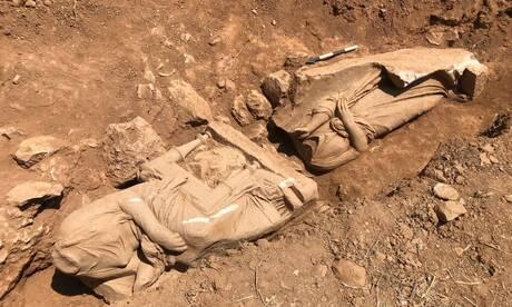Επιτύμβιο μνημείο με δύο γυναικείες μορφές εντοπίστηκε στην Παιανία