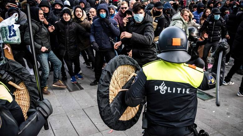 Κορωνοϊός - Ολλανδία: Συγκρούσεις διαδηλωτών με την αστυνομία για την απαγόρευση κυκλοφορίας