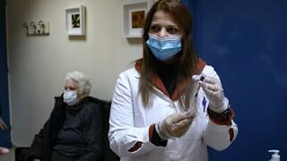 Εμβολιασμός: Δεν αλλάζει το χρονοδιάγραμμα για τη δεύτερη δόση των εμβολίων στη χώρα