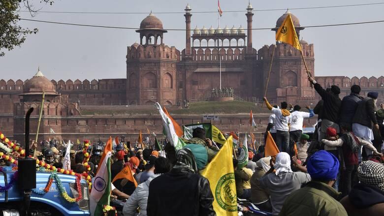 Ινδία: Πρωτοφανείς εικόνες από μαζική διαδήλωση – Κατέλαβαν με τρακτέρ το Κόκκινο Οχυρό