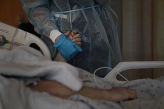 Οι ιερείς στα νοσοκομεία του κορωνοϊού: Όταν τελειώνει η ελπίδα και μένει μόνο η προσευχή